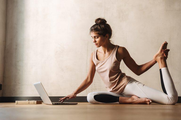 Karantén jóga a flexibilis távmunkához