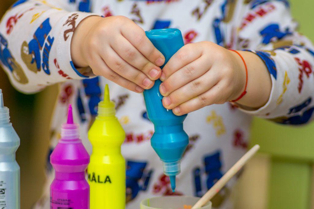 A játékos bébiszitter kreatív foglalkozásokat talál ki