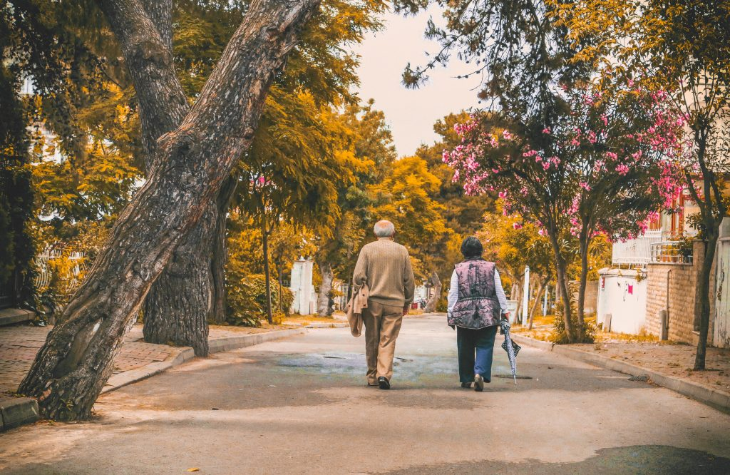 Aktív nyugdíjas évek, idős pár sétál