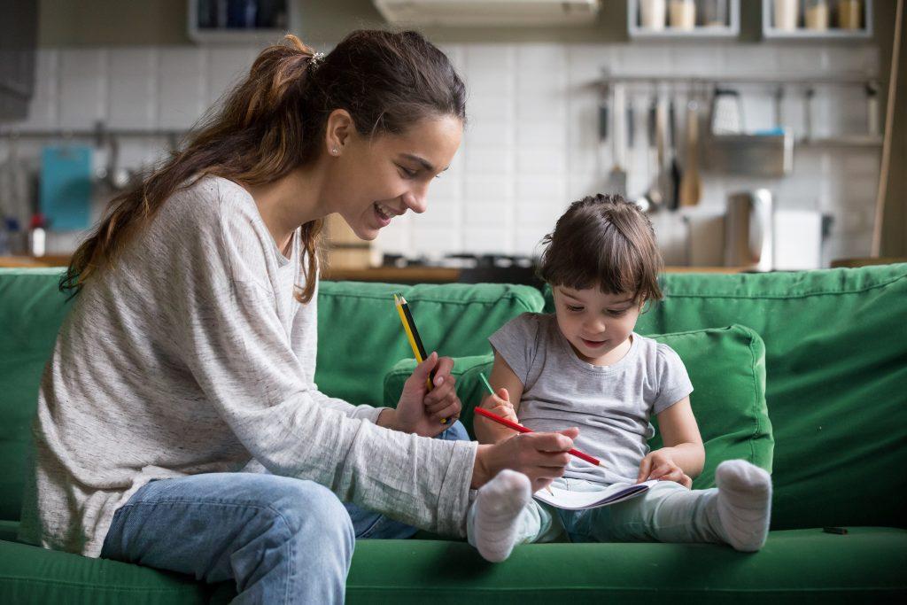 játék a kanapén, nagylány és kislány