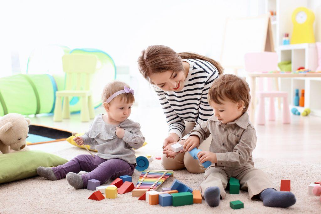 közös építőjátékozás a nappaliban két kisgyermekkel