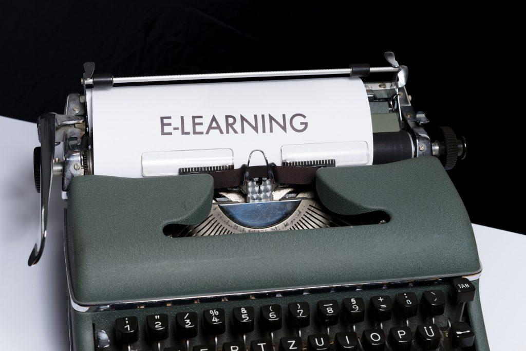 e-learning felirat irogepbol kilogo papiron