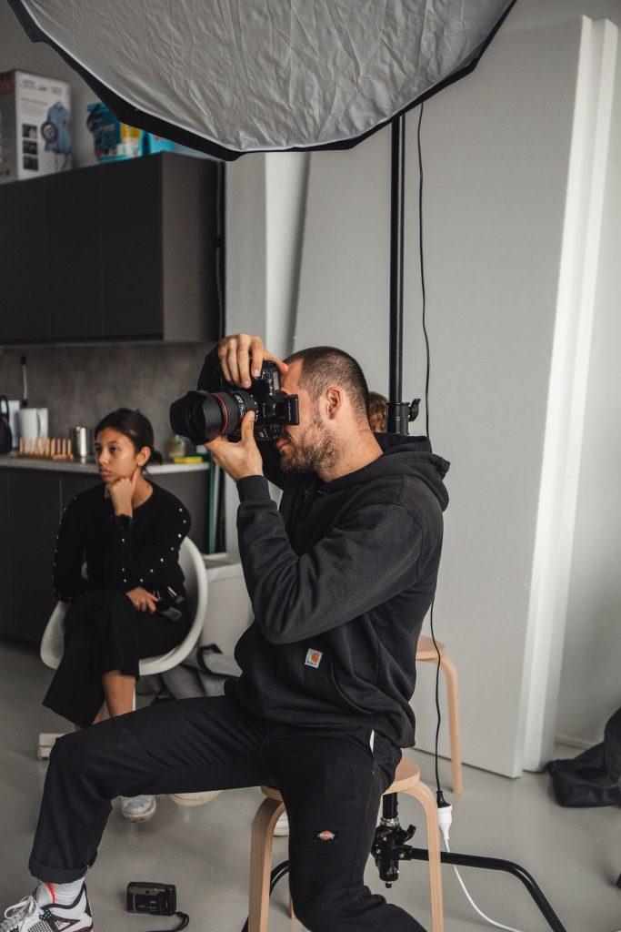 mutermi fotozason dolgozik egy fotos az asszisztensevel