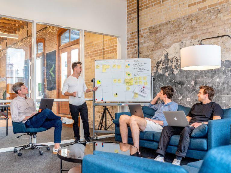 fiatal csapat meetingen egy modern irodaban